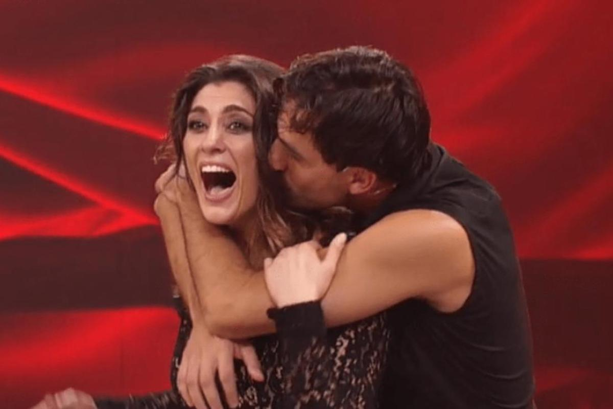 Raimondo Todaro bacia Elisa Isoardi sul collo