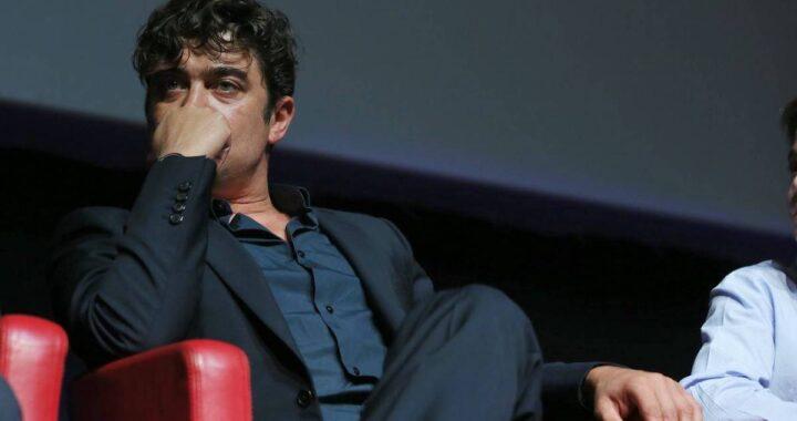 Riccardo Scamarcio adagiato sulla poltrona