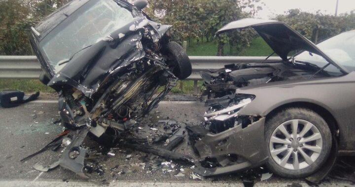 Due auto si schiantano
