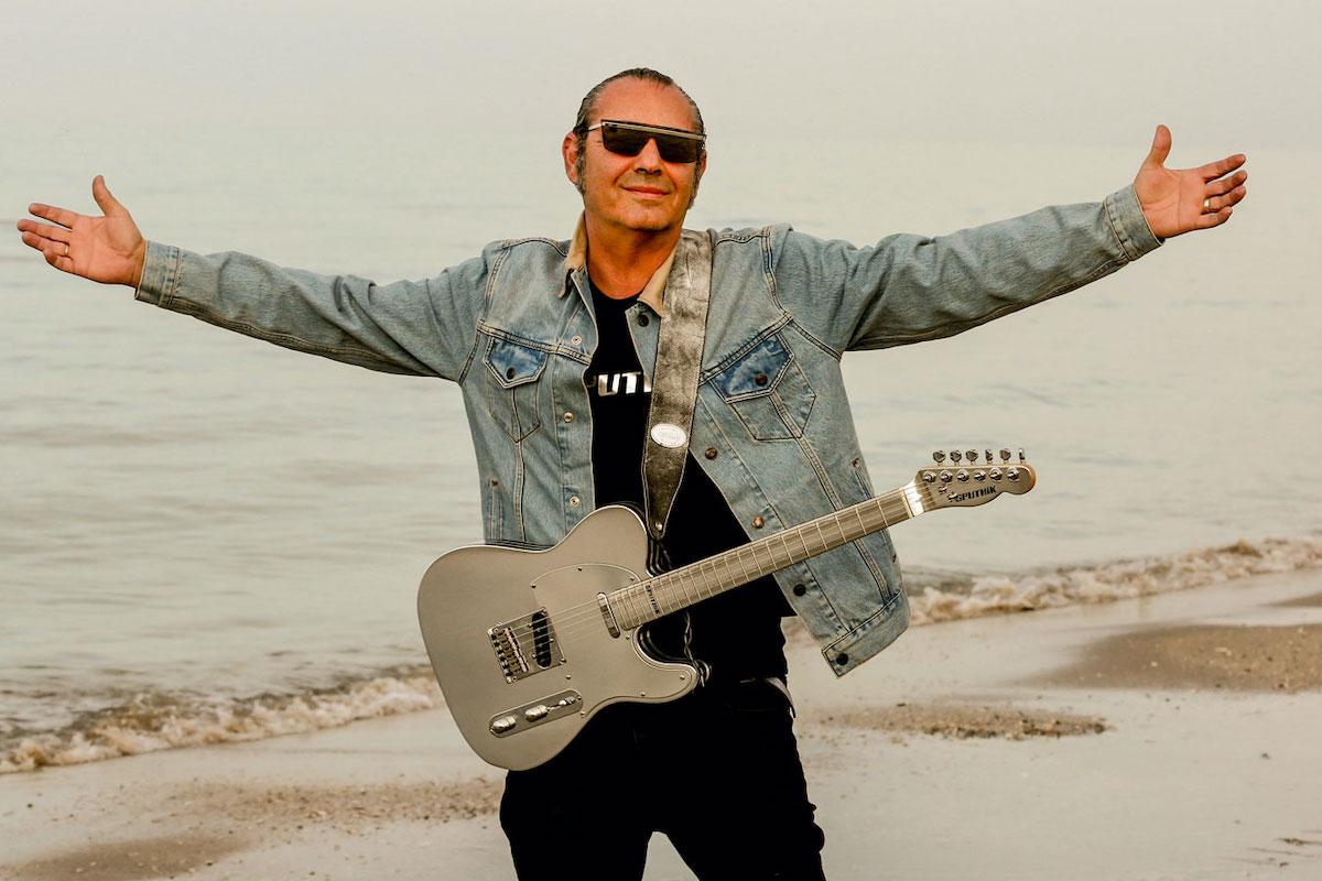 Luca Carboni al mare con la chitarra