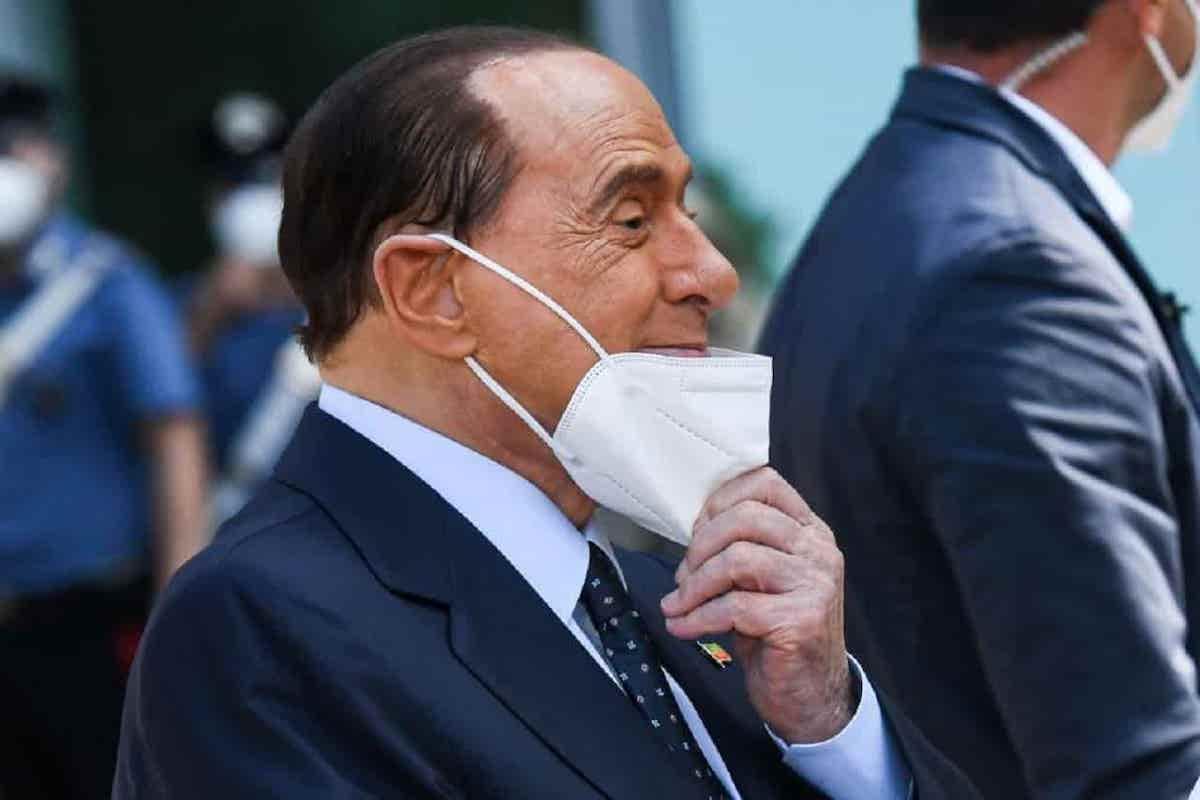Silvio Berlusconi si leva la mascherina