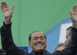 Silvio Berlusconi saluta sorridente
