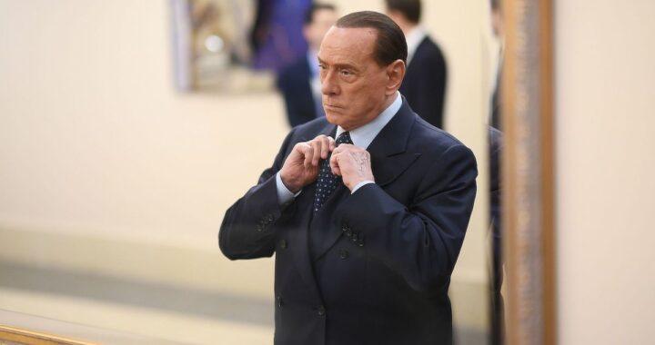Berlusconi si aggiusta il nodo della cravatta