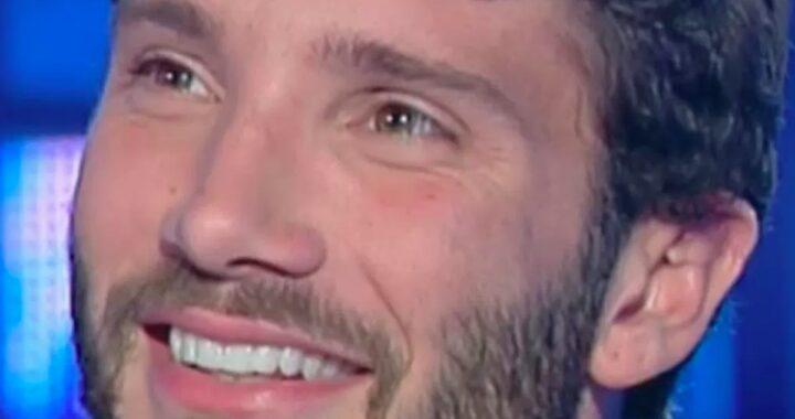 Stefano De Martino sorridente primo piano