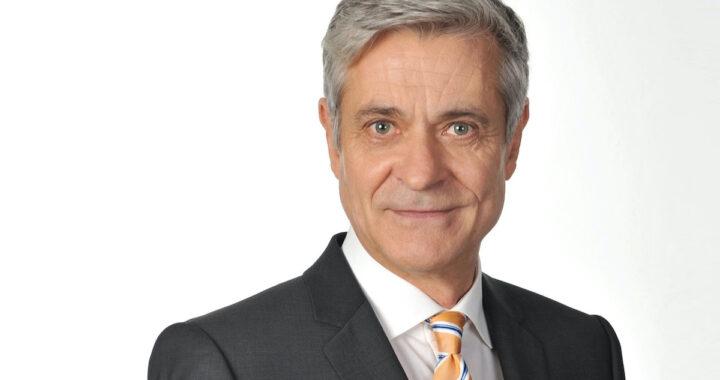 Adam Dietrich in giacca e cravatta
