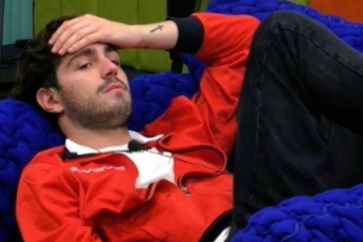 Tommaso Zorzi sdraiato sul letto