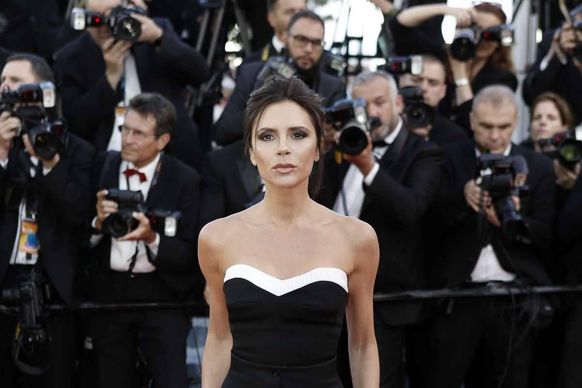 Victoria Beckham posa davanti ai fotografi
