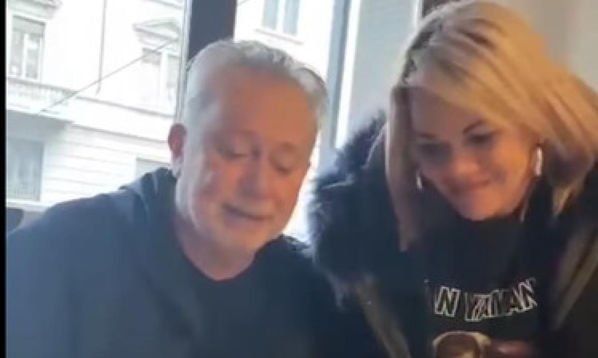 Angela da Mondello firma il contratto con Lele Mora