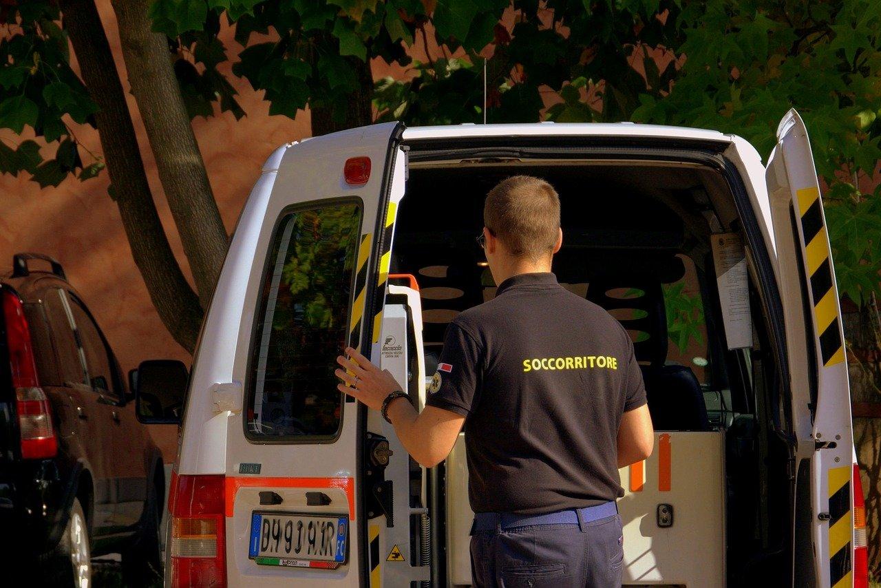 Ambulanza soccorre i feriti