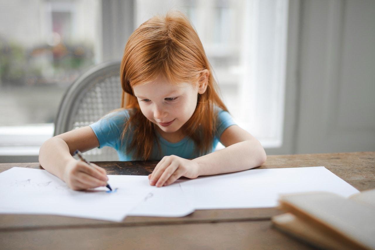 compiti-bambina