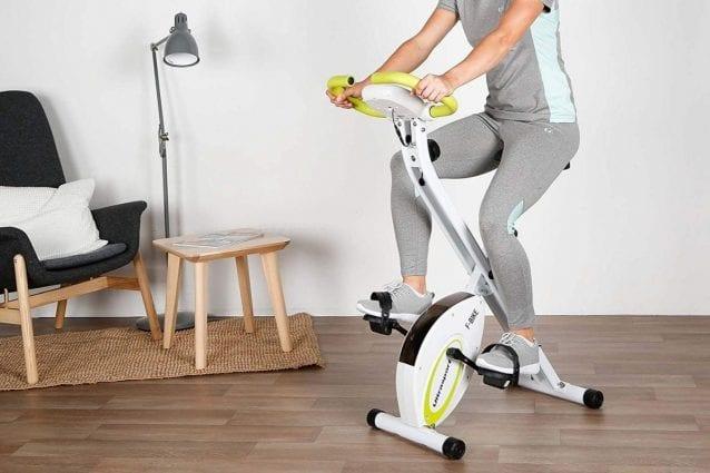 cyclette pieghevole in casa per fare sport