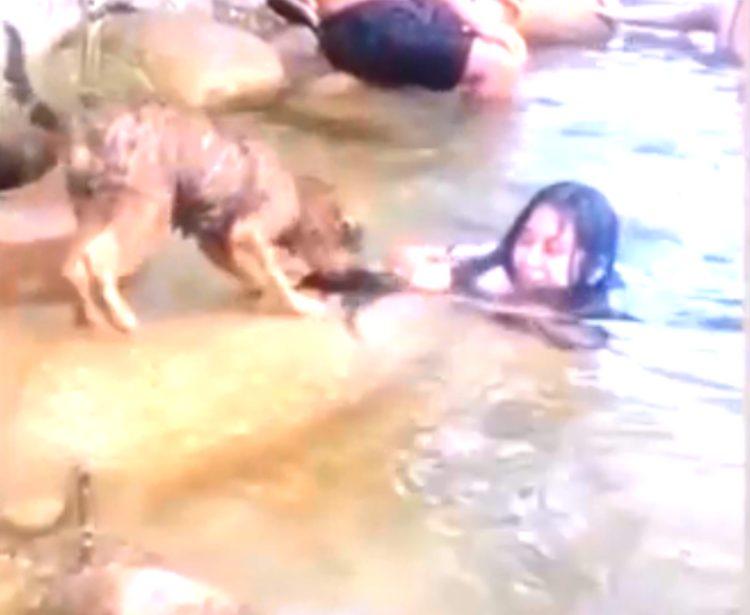 Donna nuota nel fiume