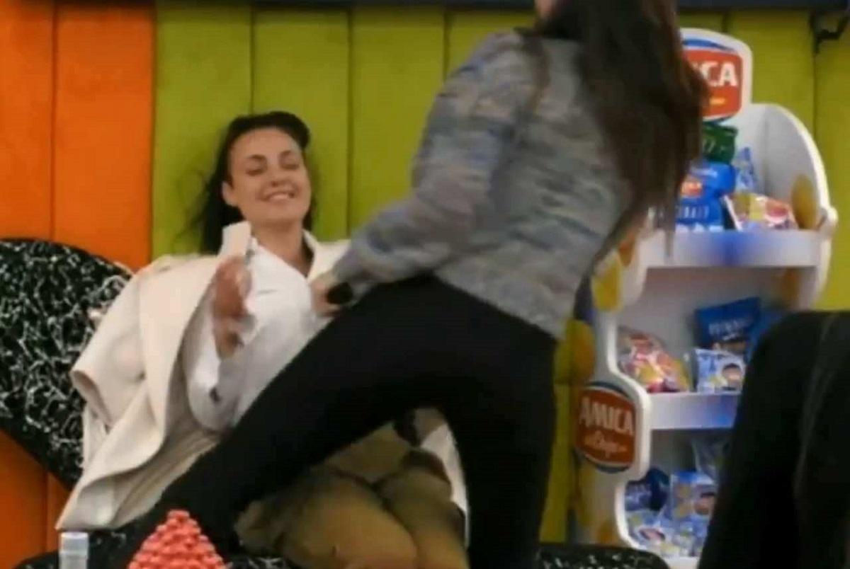 GF Vip: Dayane rompe una sedia