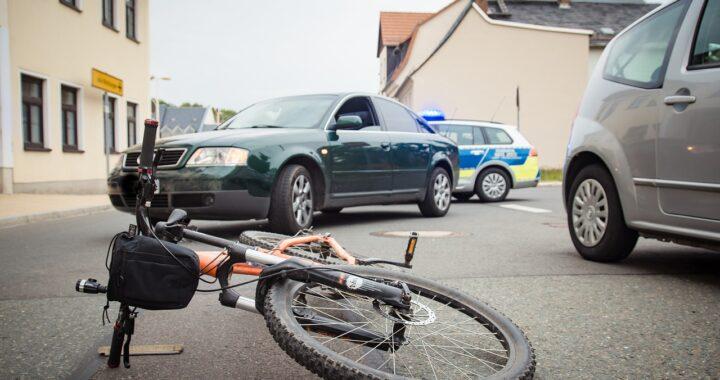 Ragazzo in bici travolto da un camion