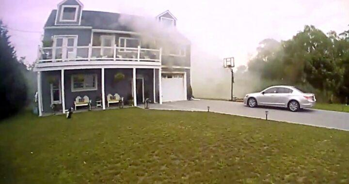 Poliziotto salva un cane dall'incendio