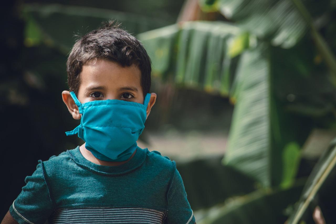 Bambino con dispositivo di protezione individuale