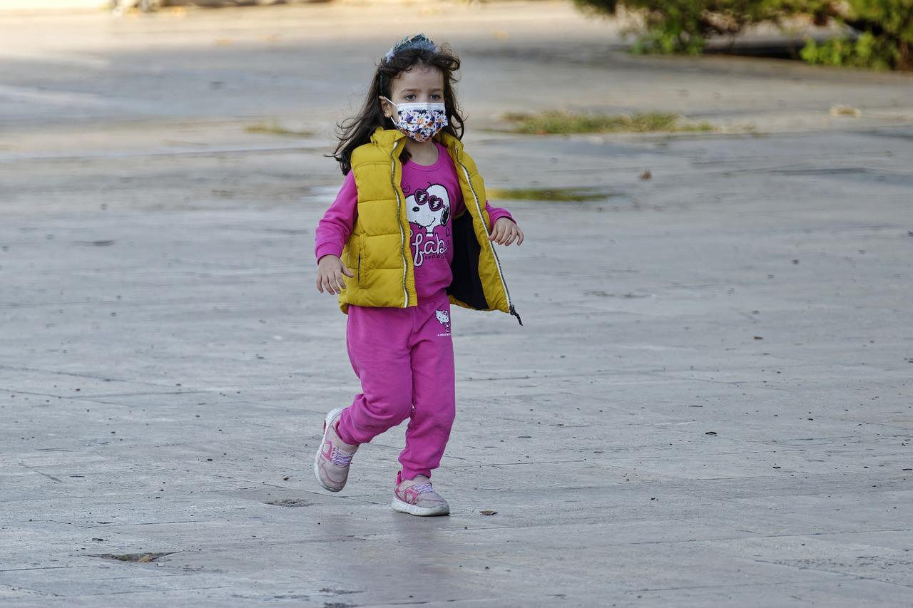 Bambina con il dispositivo di protezione individuale