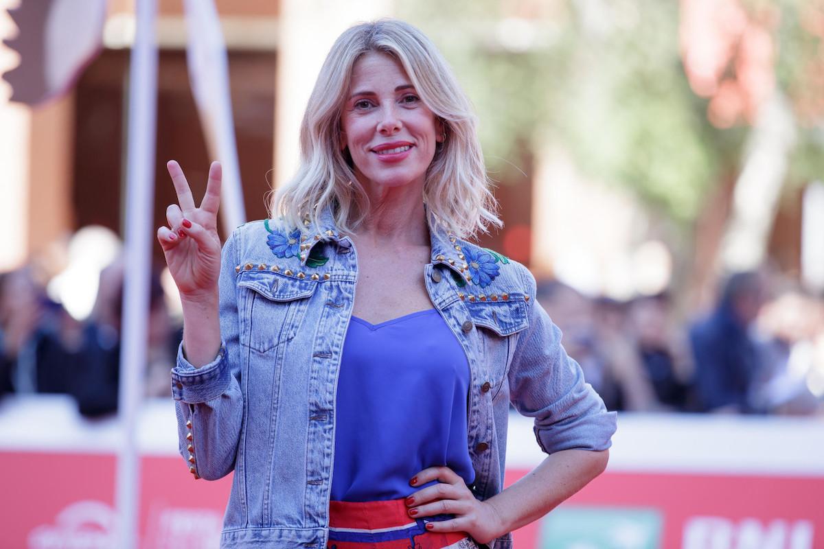 Alessia Marcuzzi saluta i fotografi