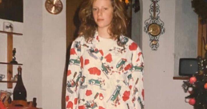 Qui era solo una ragazza e indossava un grazioso pigiama di Natale. Oggi è una delle conduttrici italiane più amate. Avete capito di chi si tratta?