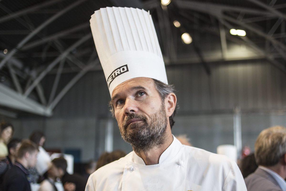 Carlo Cracco con il cappello da chef