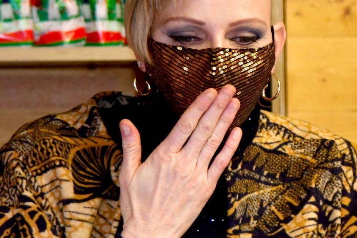 Charlene di Monaco si mette la mano davanti alla bocca