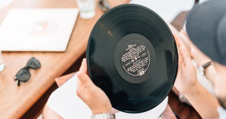 Come pulire i dischi in vinile senza rovinarli: prodotti utili e trucchi da seguire