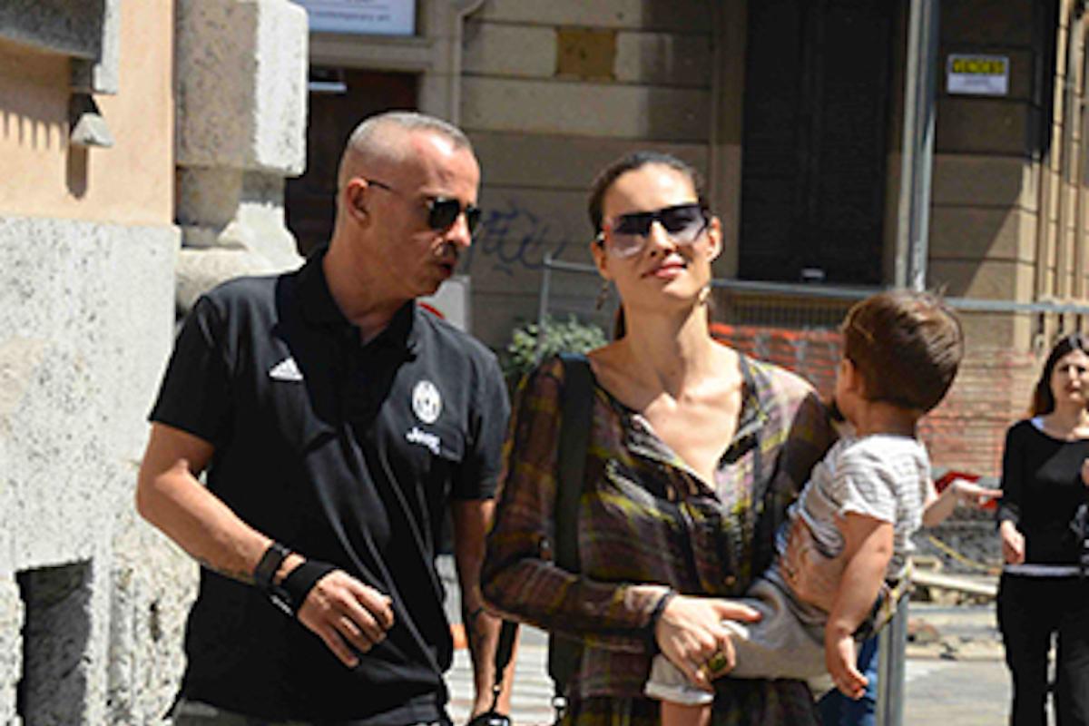 Marica Pellegrinelli e Eros Ramazzotti passeggiano con il figlio