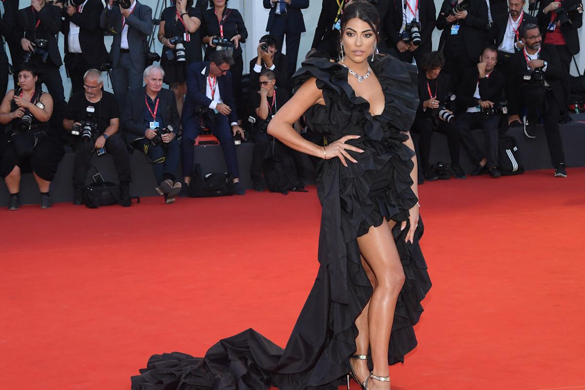 Giulia Salemi con un abito nero lungo
