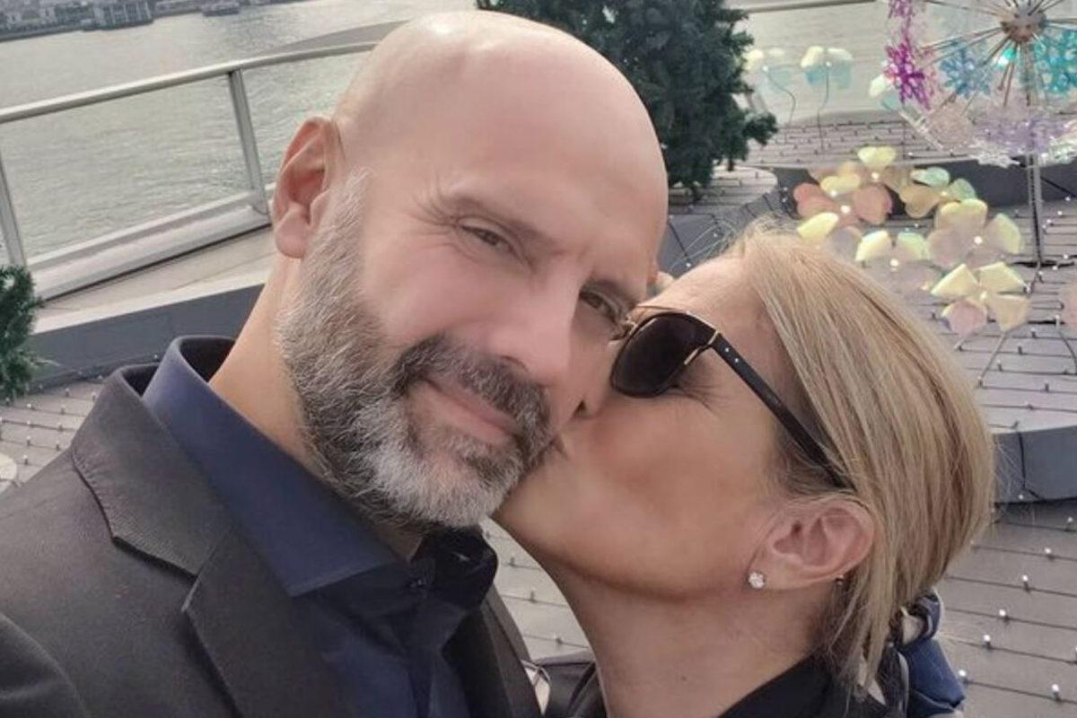 Heather Parisi bacia il compagno sulla guancia