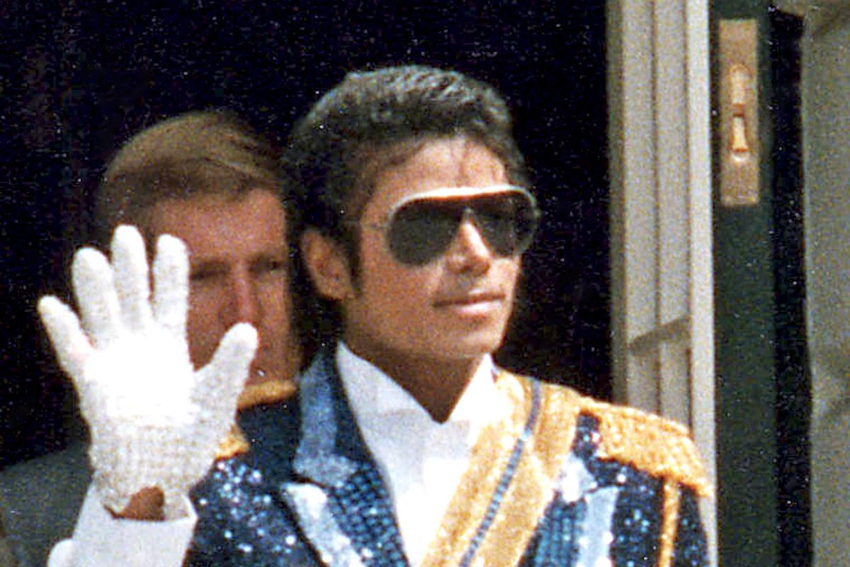 Jackson Michael saluta