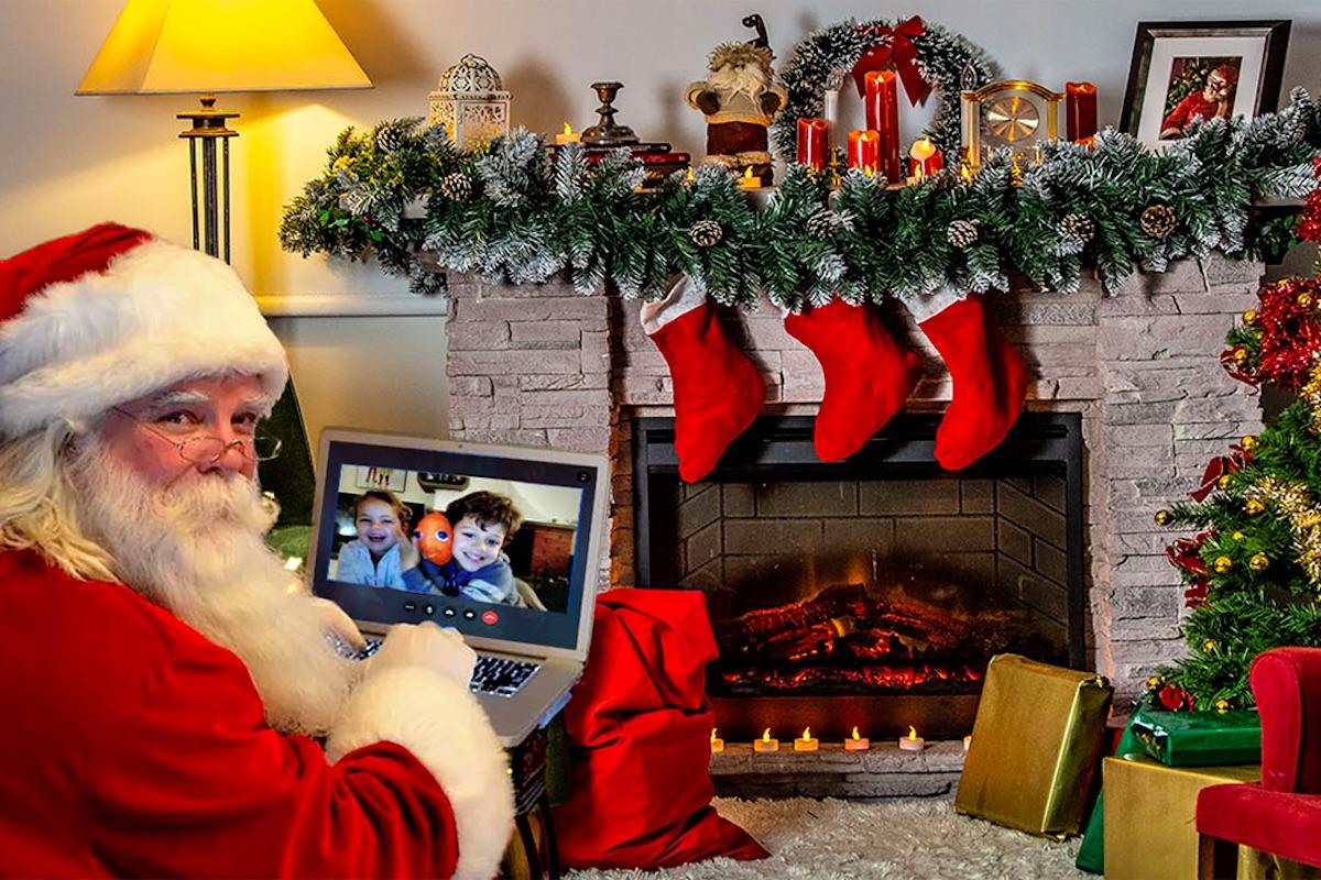 Davanti al caminetto Babbo Natale