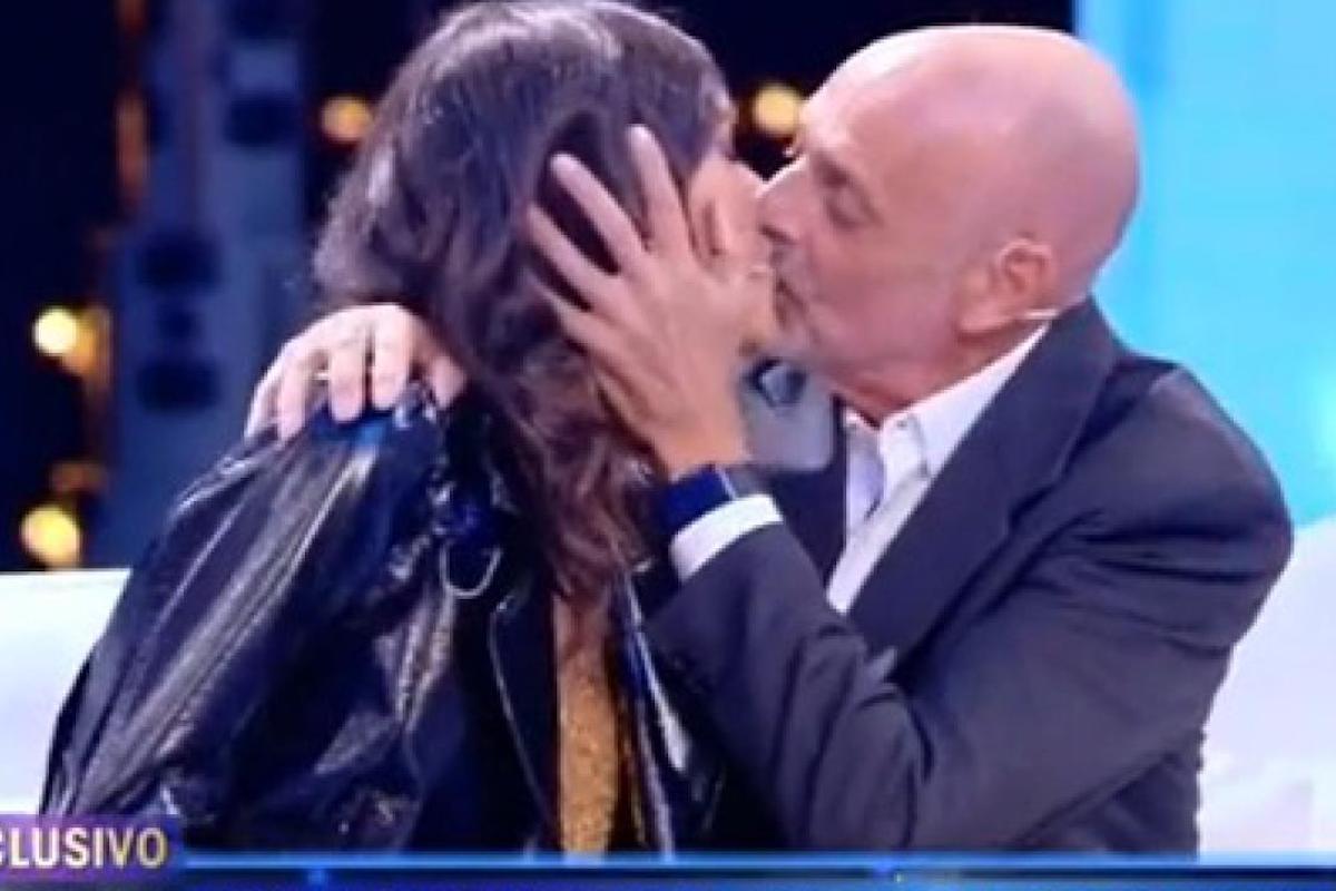 Bacio tra Paolo Brosio e Maria Laura De Vitis