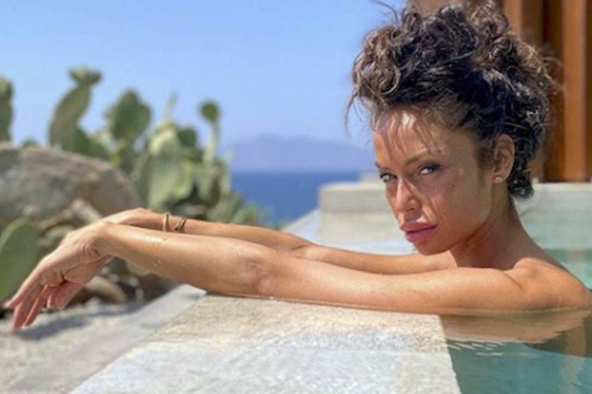Raffaella Fico in piscina