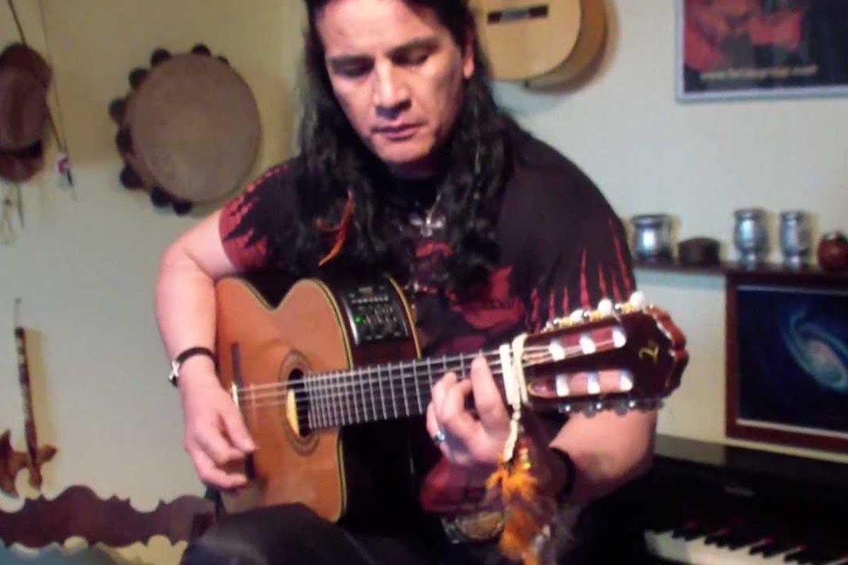 Kimen Farias suona la chitarra