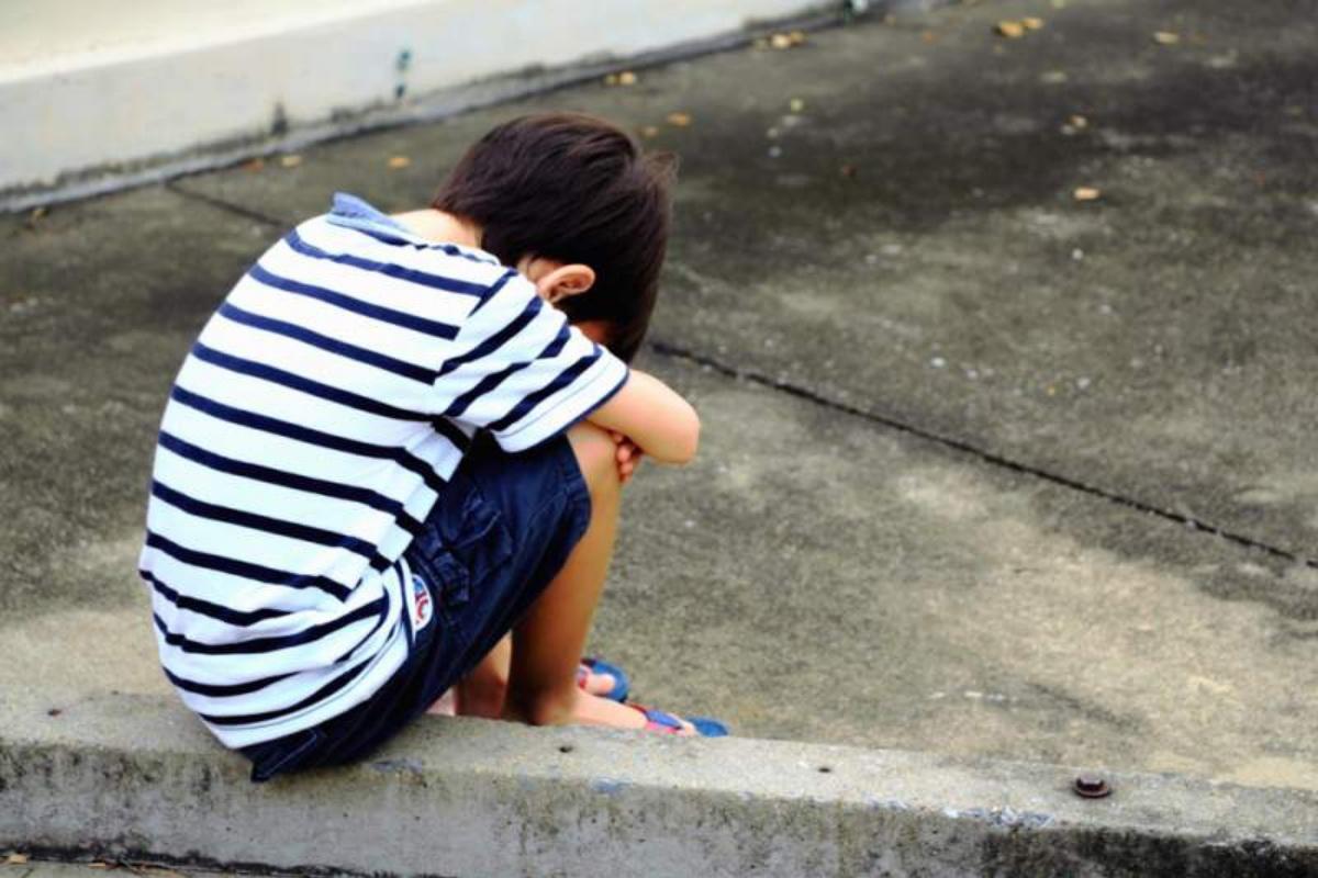 bambino abbandonato cortile