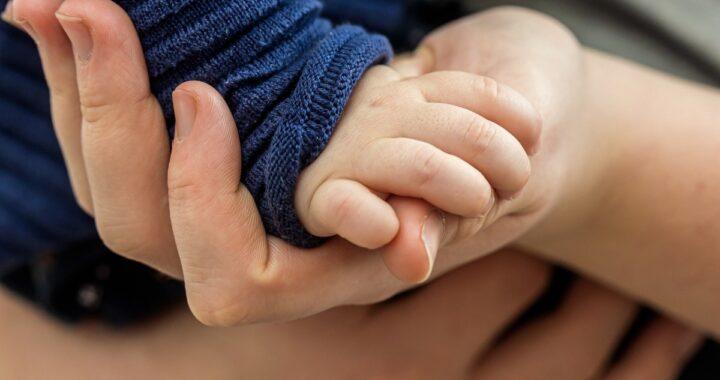 Bambino di 5 mesi trovato senza vita
