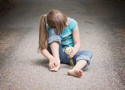Bambina lasciata sola al freddo a Parma