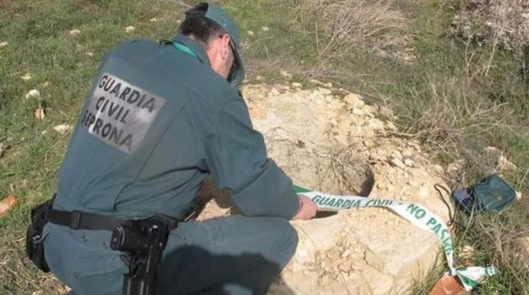Agenti recuperano i corpi delle vittime