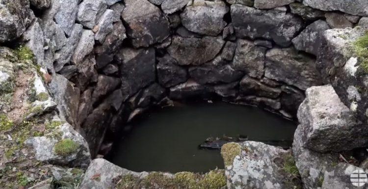 Il buco rimasto scoperto e abbandonato