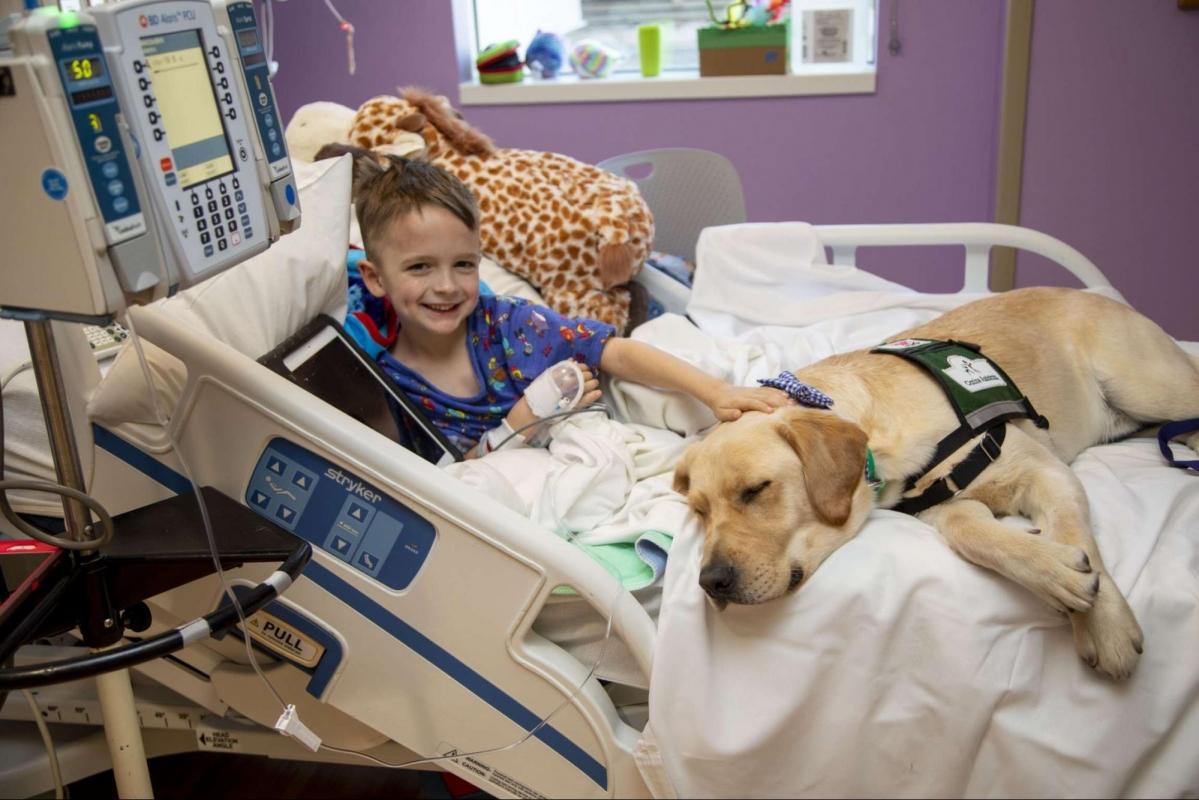 Marcus con un piccolo paziente in ospedale