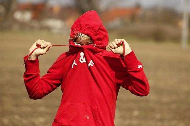 indossare una felpa in modo chic e sportivo