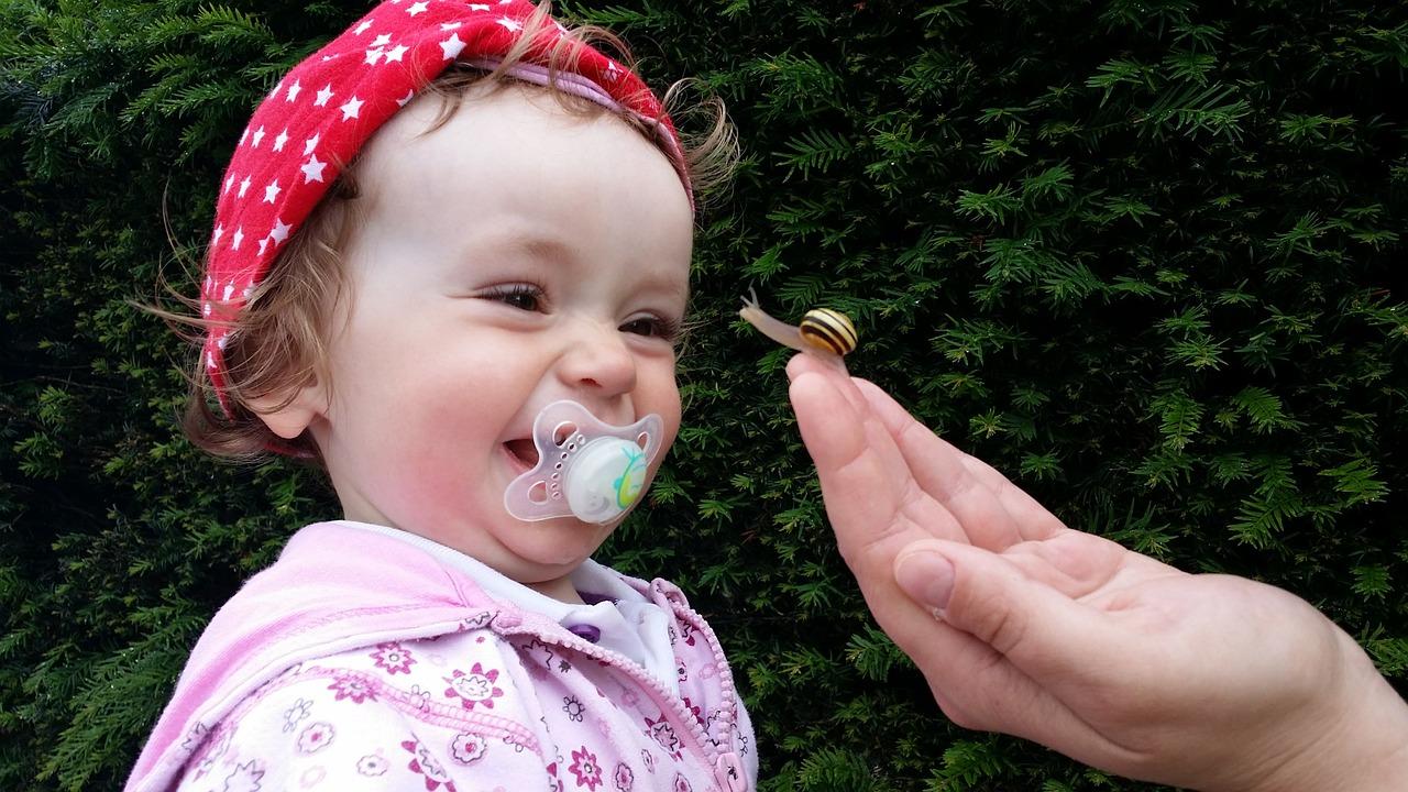 Bambina sorride con la tettarella