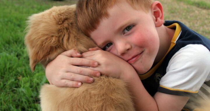 Regalano un cane a un bimbo autistico e poco dopo il cucciolo compie un vero miracolo