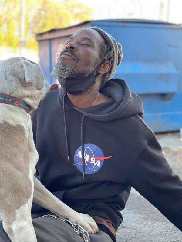 Uomo senza casa aiuta i cani randagi