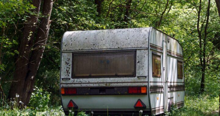 Demoliscono una vecchia roulotte, ma improvvisamente sentono dei sofferenti lamenti