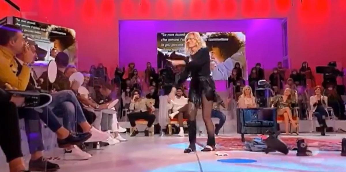 UeD: Gemma Galgani balla Flashdance con tanto di doccia