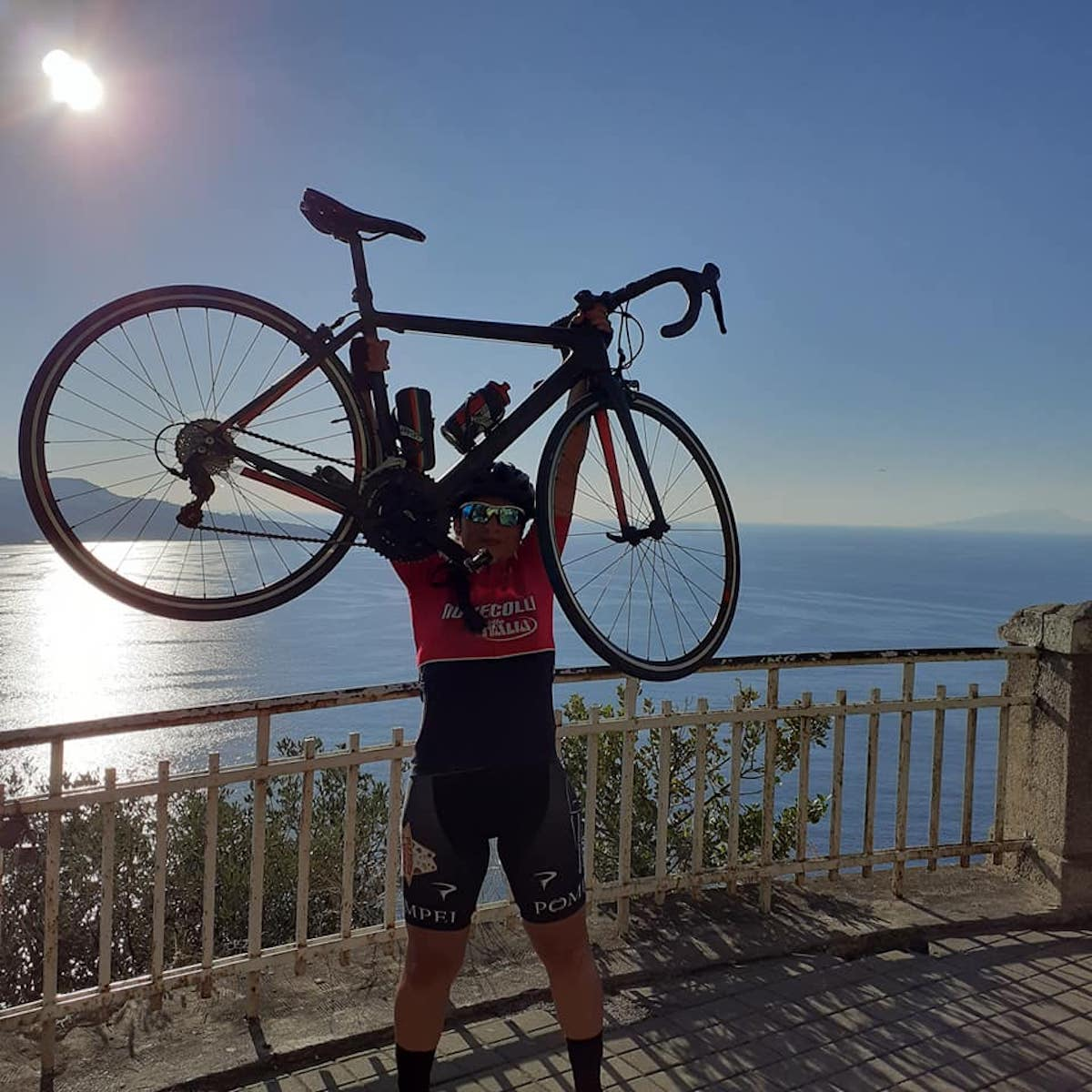 Anna Fogliamanzillo alza la bici