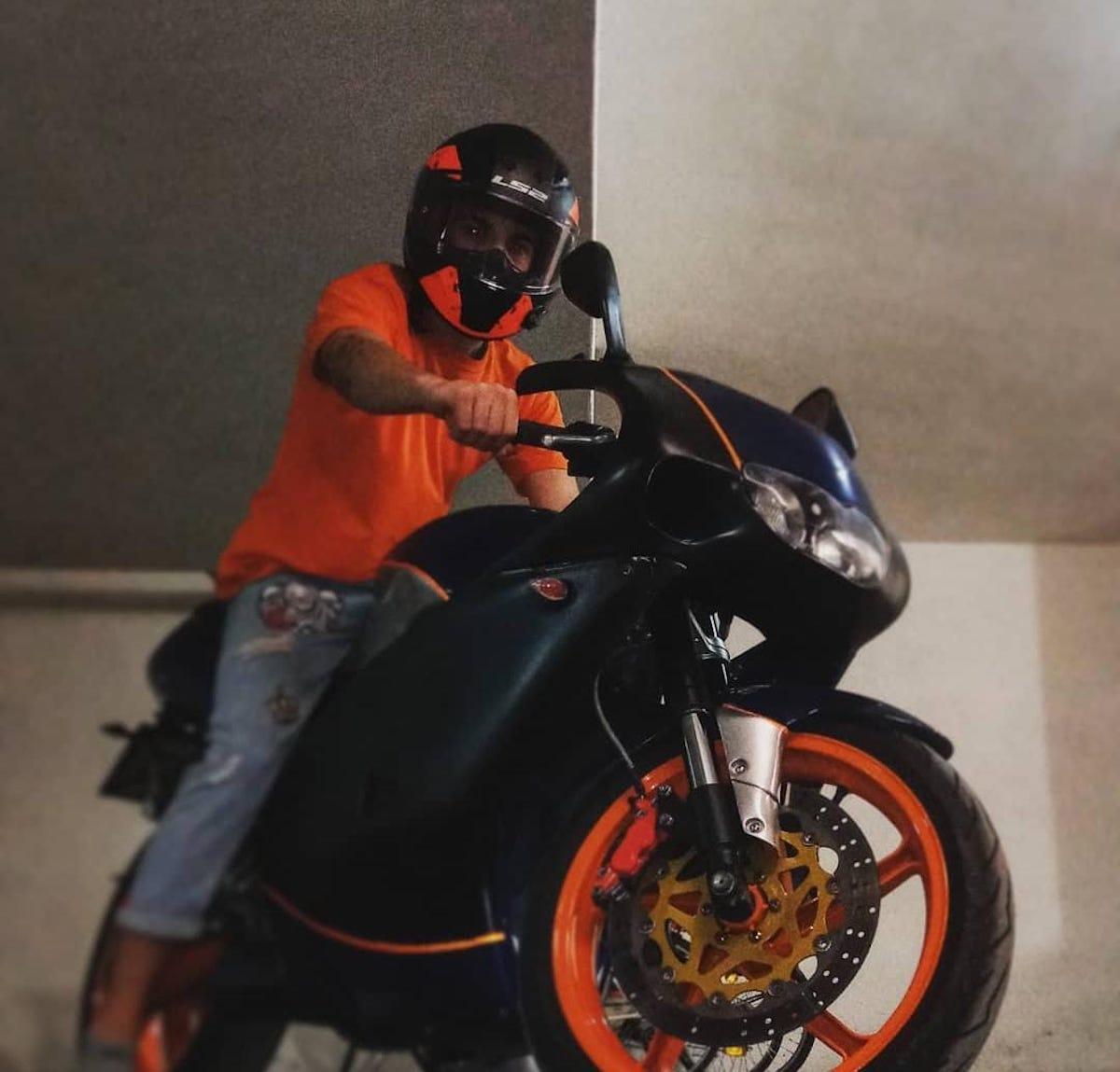 Alberto Chirulli monta sulla moto