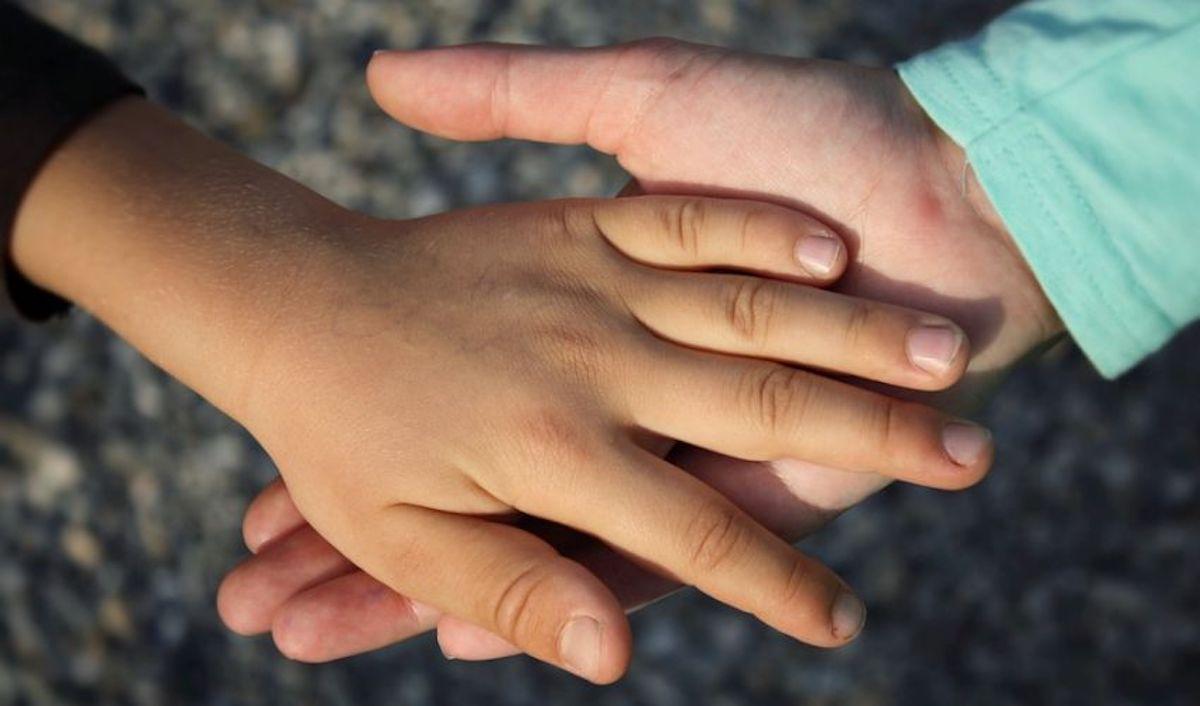 Bambini mano nella mano