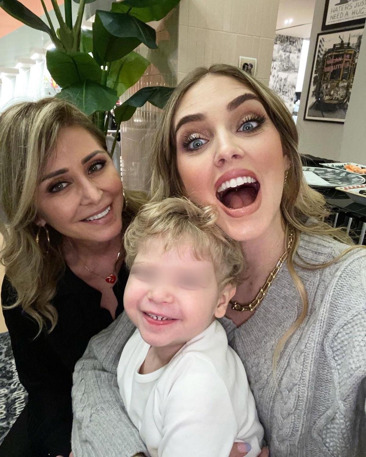 Chiara Ferragni insieme al figlio e alla madre